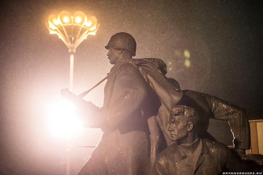 площадь Партизан ночью